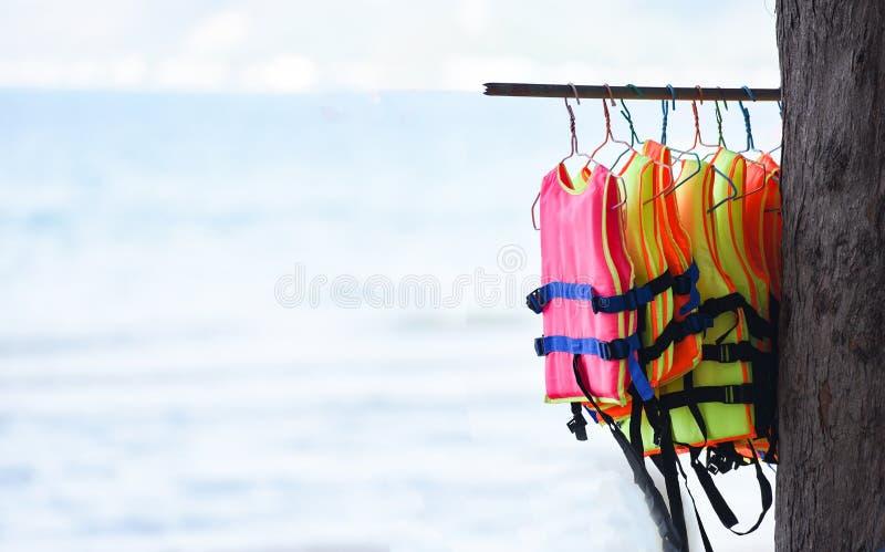 Linje för kläder för hängning för flytvästsäkerhetsutrustning i havsbakgrunden arkivfoton