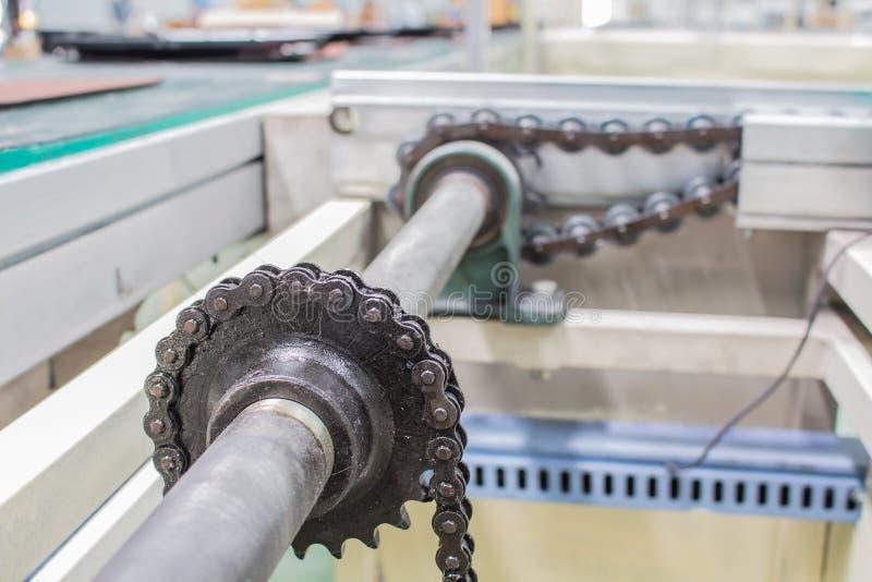 Linje industriell transportör för axel för motoriskt och chain drev royaltyfria bilder