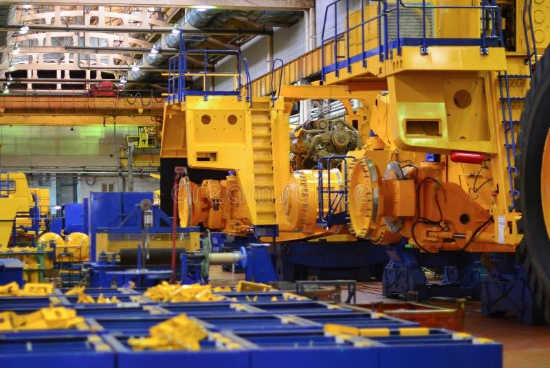 Linje stora gula karriärdumper för transportör som för tillverkning av bryter lastbilar Shoppa fabriken royaltyfria bilder