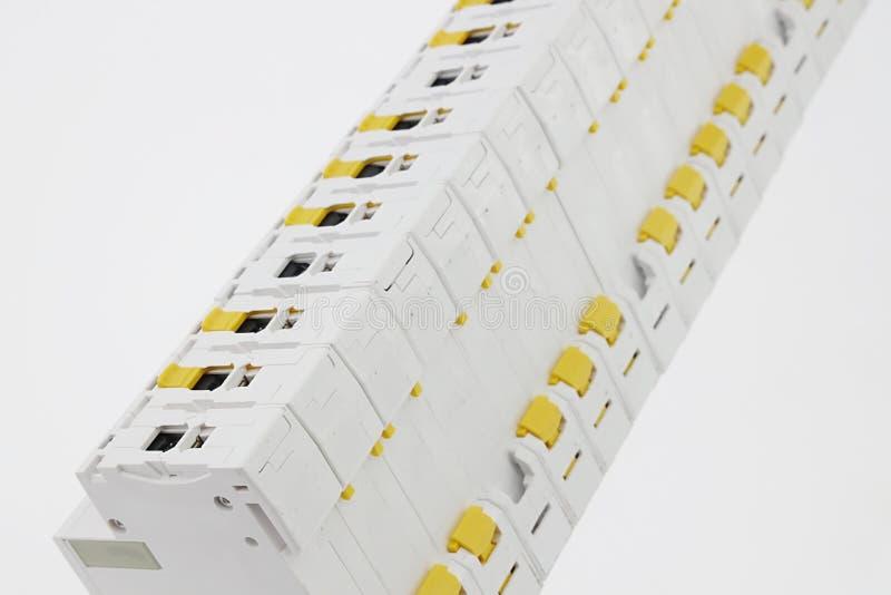 Linjen av elektriska installationsenheter liksom strömkretssäkerhetsbrytare, fixerar etc. beskådat från tillbaka sida royaltyfri fotografi