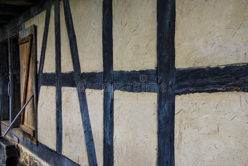 Linjen av loggar in en lantlig historisk ladugård på den gamla världen Wisconsin royaltyfri bild