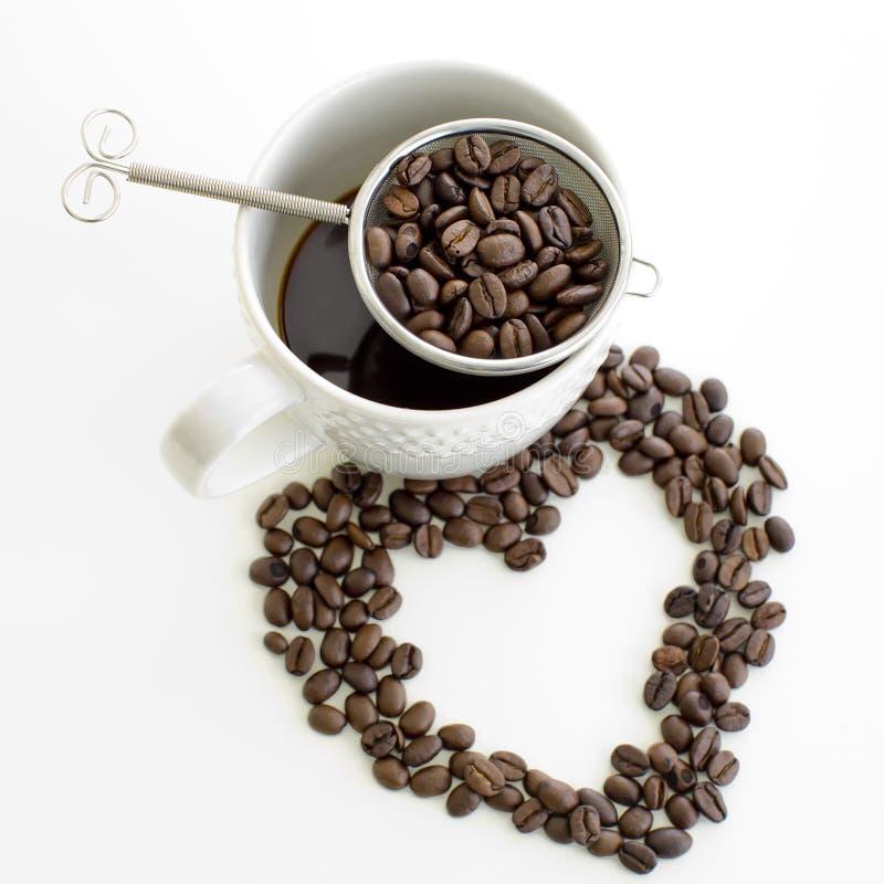Linjen hjärta för kaffekoppen och för kaffebönan formar på vit bakgrund royaltyfri bild