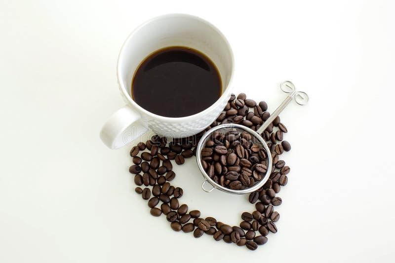 Linjen hjärta för kaffekoppen och för kaffebönan formar på vit bakgrund royaltyfria bilder