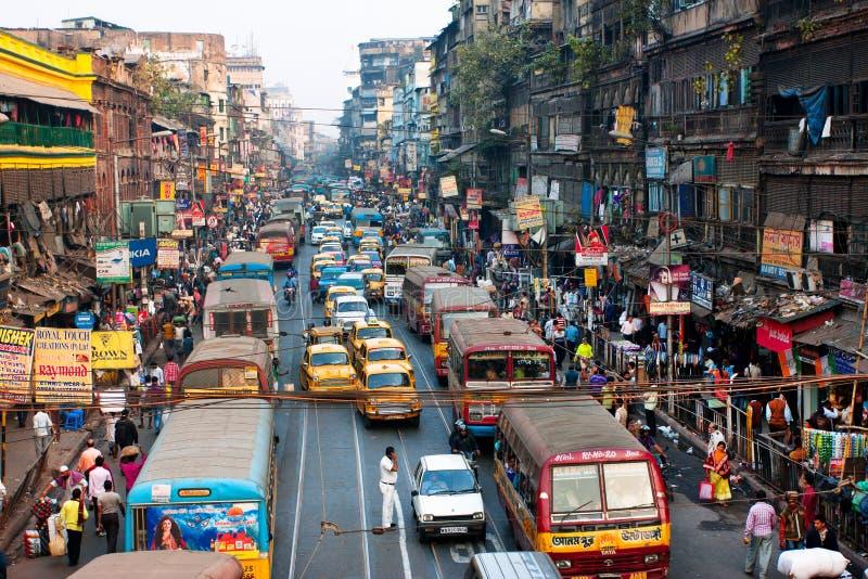 Linjer av de gula ambassadörtaxitaxiarna och bussarna på vägen av staden royaltyfri fotografi