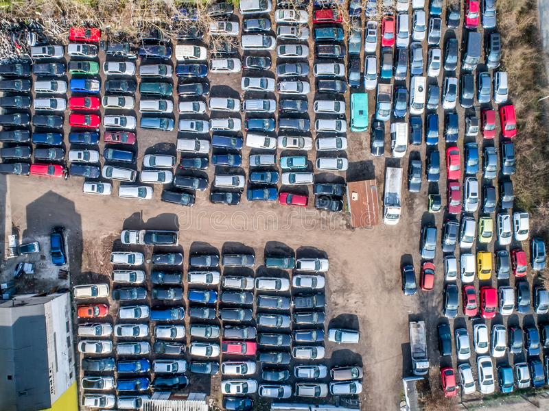 Linjer av krossade bilar havererar i skrotupplag innan de är strimlad recyling royaltyfria bilder