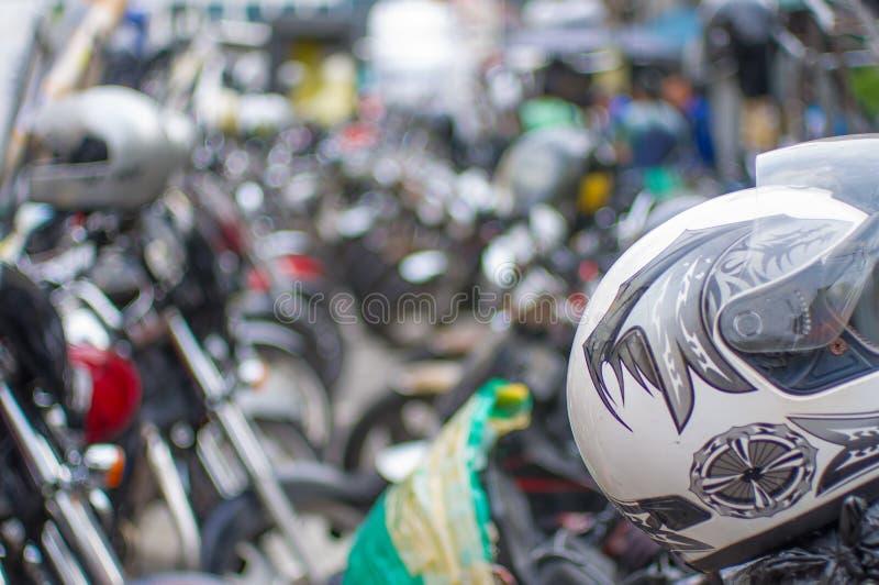 Linjer av motorcyklar - gataplats från att jäkta Seoul, Sydkorea arkivfoto