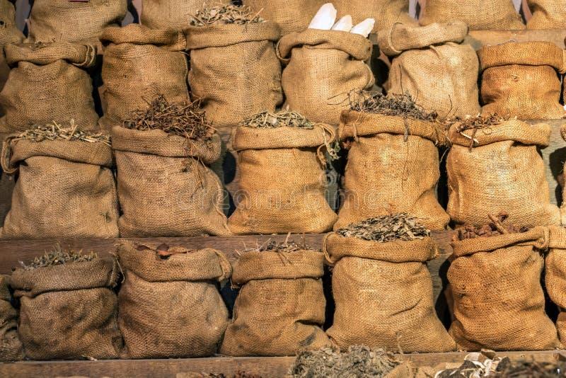 Linjer av säckar mycket av torkade örter arkivfoton