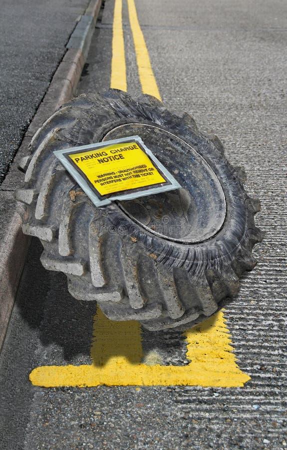 Linjer för fint för meddelande för rättsskipningparkeringsbiljett dubbla gula för laddning för hjul medel för däck royaltyfri fotografi