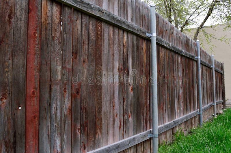 Linjer för gammalt trästaket för trädgård ledande royaltyfri bild