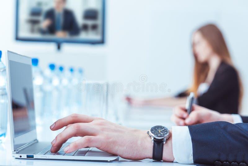 Linke Hand mit einer Uhr stockbild