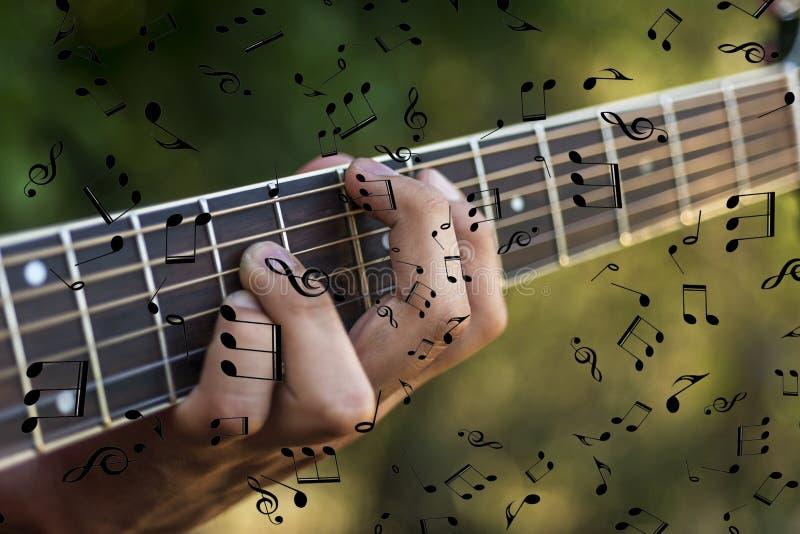 Linkerhand van een mens die de gitaar speelt stock fotografie