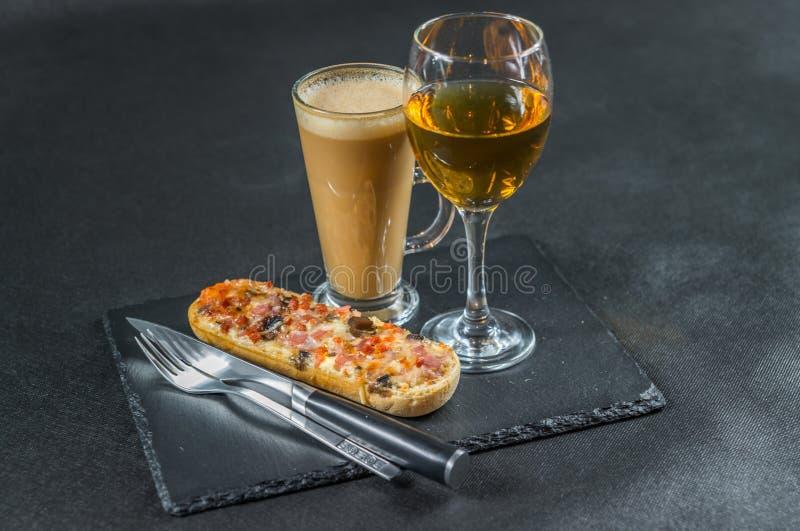 Linkerkantmening over een smakelijk knapperig brood met gesmolten kaas, peppe stock foto