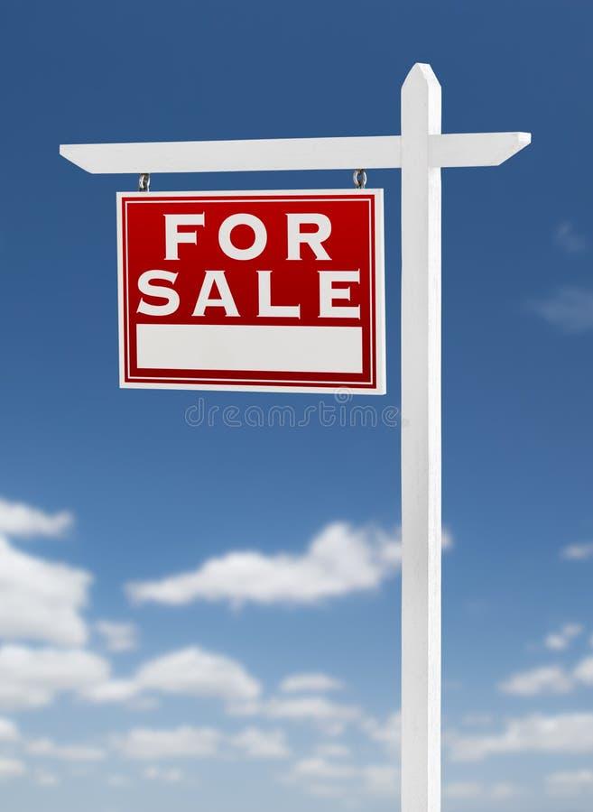 Linkerzijde die voor het Teken van Verkoopreal estate op een Blauwe Hemel met Wolken onder ogen zien vector illustratie