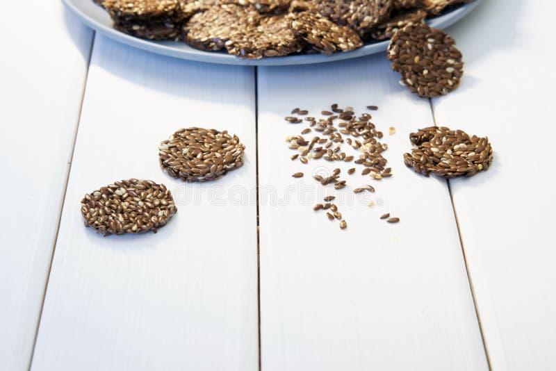 Linknäckebröd i en blå platta Sund mat, inget fett Kopia-utrymme arkivbild