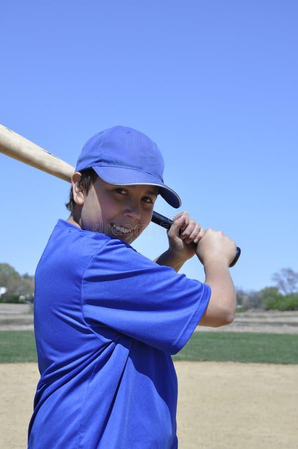 Linkshändiger Baseballgeschlagener eierteig lizenzfreies stockfoto
