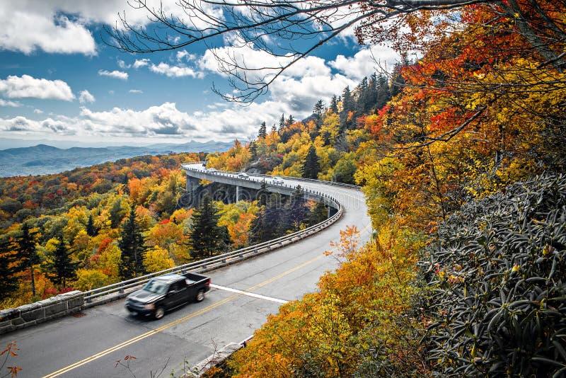 Linn Cove Viaduct leva Ridge Parkway azul em torno da lavagem foto de stock royalty free