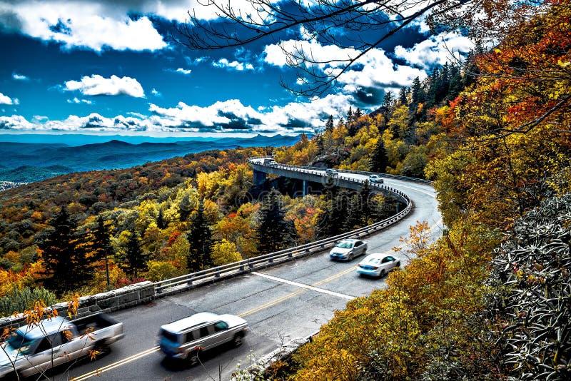 Linn Cove Viaduct leva Ridge Parkway azul em torno da lavagem imagens de stock