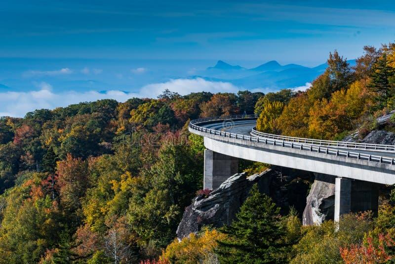 Linn Cove Viaduct Looking Out sopra le montagne e la valle nebbiosa fotografia stock libera da diritti
