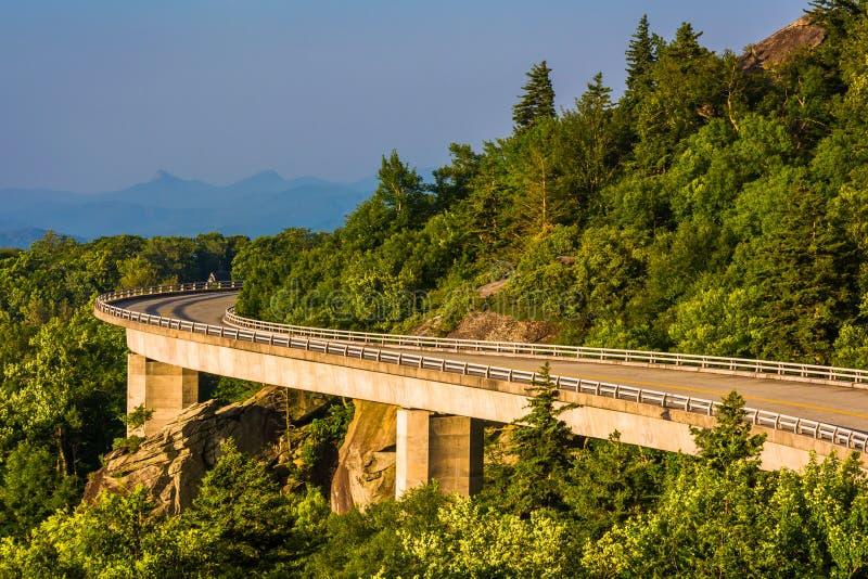 Linn Cove Viaduct på den blåa Ridge Parkway i North Carolina royaltyfri bild