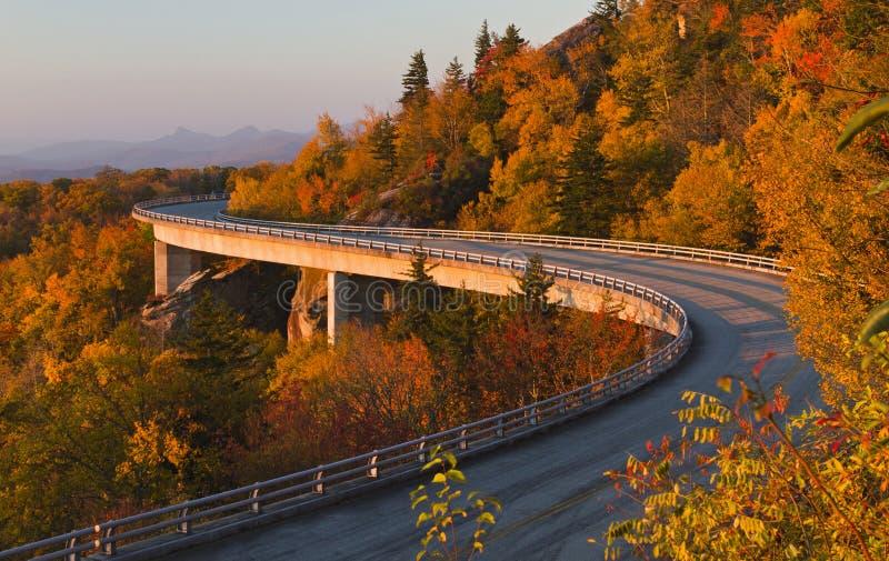 Linn CoveViaduct på soluppgången, blå Ridge gångallé arkivfoton