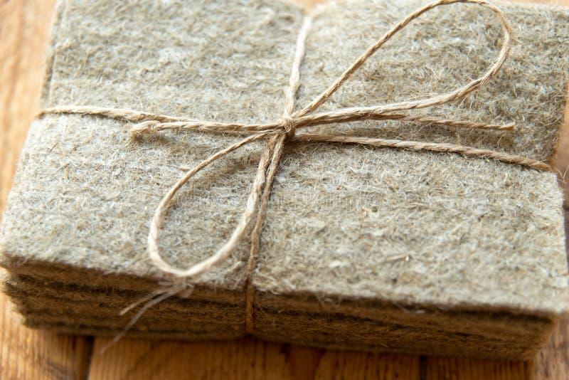 linne som är matt för, microgreen växande mikro-gräsplaner hemma naturlig grund för växande växter royaltyfri bild