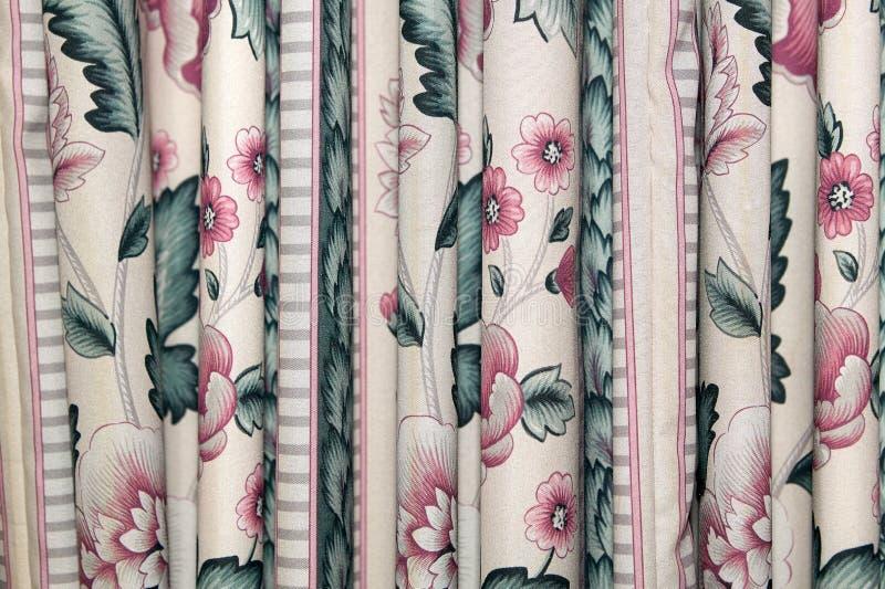 Linnengordijn of gordijnen met een bloemenpatroon stock fotografie