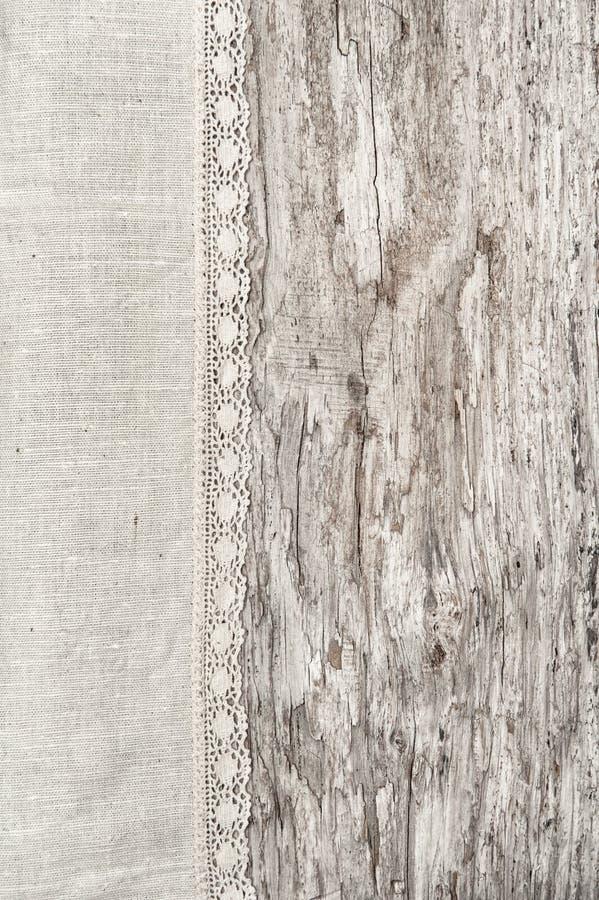 Linnenstof met kant op de oude houten achtergrond stock afbeelding