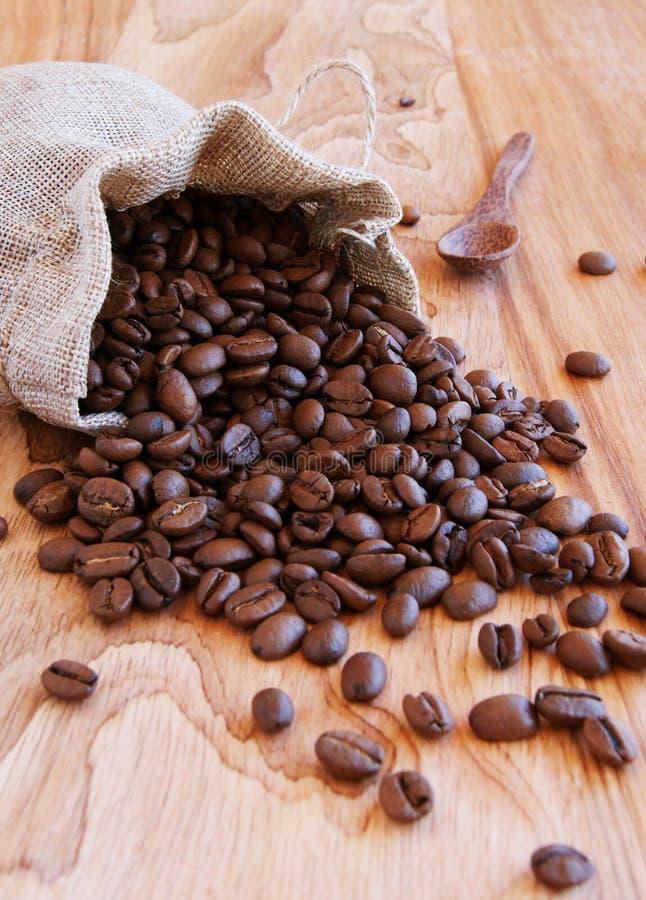 Linnenzak met koffiebonen, een lepel en een oosterling royalty-vrije stock fotografie