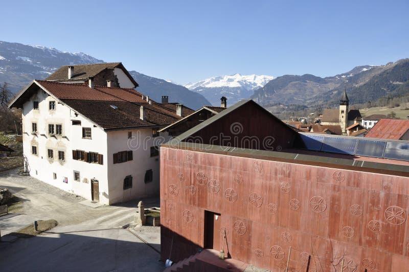 Lino Bardills Beton-Monolith i den schweiziska bondebyn Scharans arkivbilder