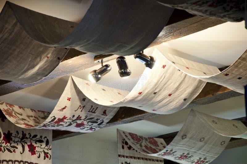 Lino del bordado Techo del haz con la materia textil y las lámparas cubiertas Pañería del techo con las toallas bordadas Viejo imagen de archivo libre de regalías