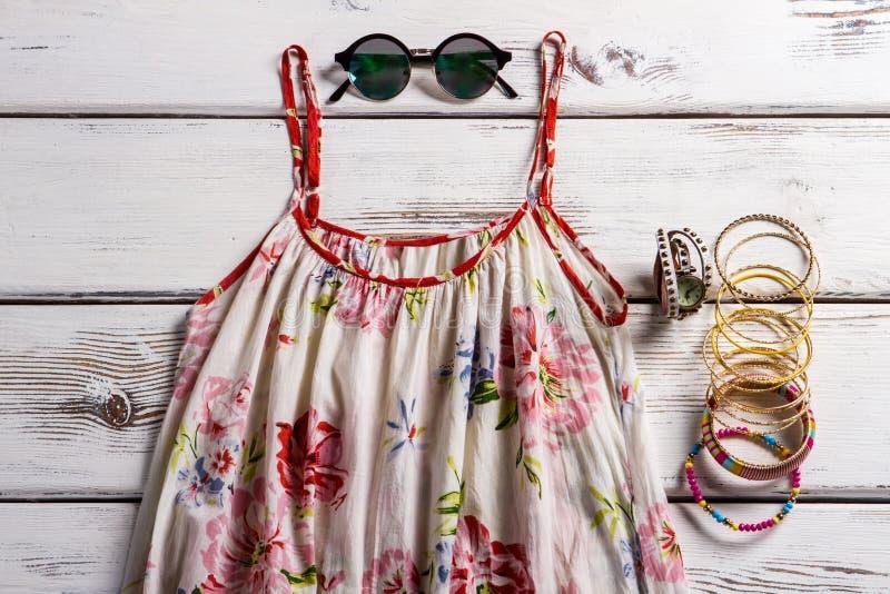 Lino sarafan ed occhiali da sole del camaleonte fotografia stock libera da diritti