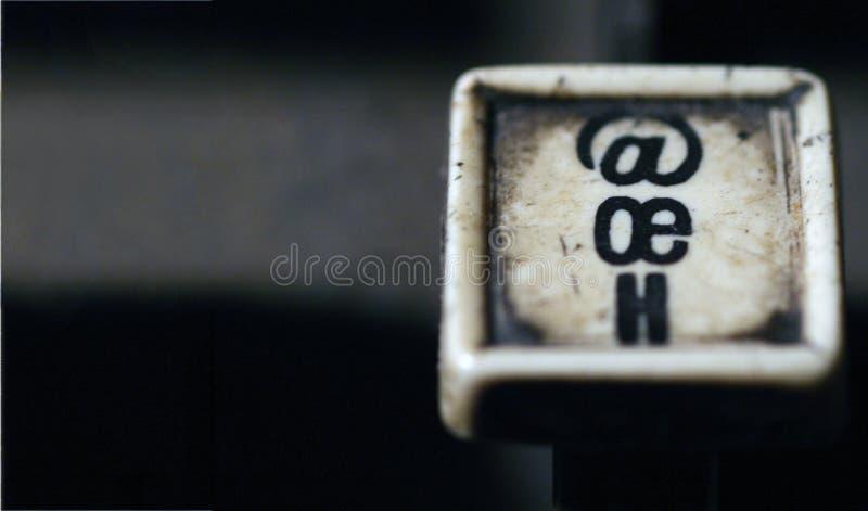 Linotypowa klawiatura pisze list oe, h bielu kluczy zbliżenie z przestrzenią zdjęcia stock