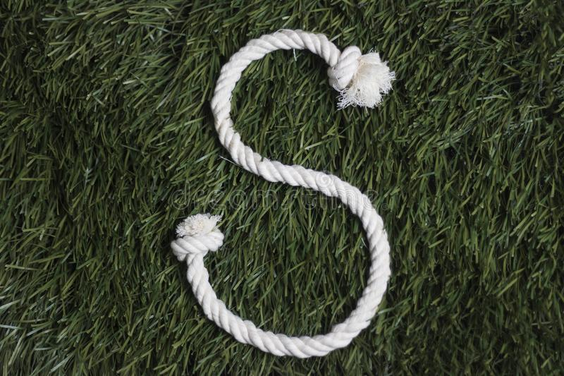Linowy abecadło na trawie literę s obrazy royalty free