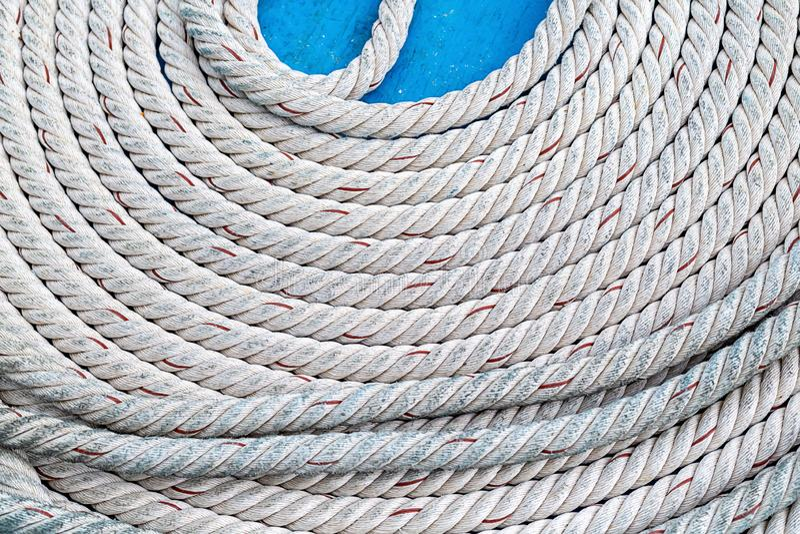 Linowy gęsty kręcony biel brogujący okręgu round dzwoni ściśle na błękitnym tła kontrastowania projekcie zdjęcie stock