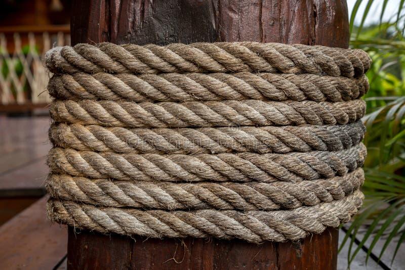Linowy krawat na drewnianym filarze fotografia royalty free