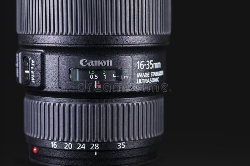 Linse Canons 16-35mm über dunklem Hintergrund stockfotos