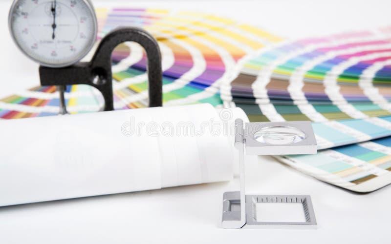 Linse, pantone und Mikrometer stockbild