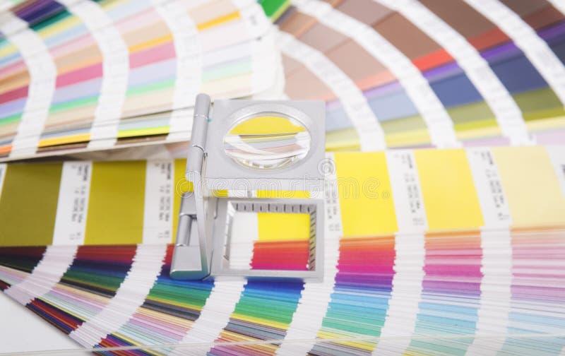 Linse und pantone lizenzfreie stockbilder