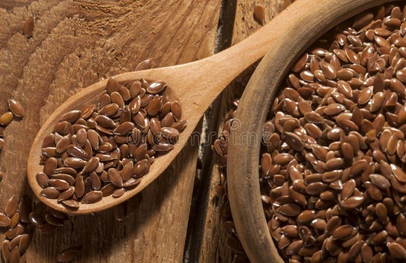 linseed Łyżka i puchar linseeds na drewnianym tle Odgórny widok obrazy stock