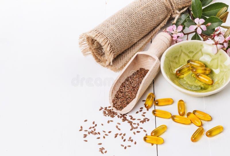 Linseed i flaxseed oleju kapsuły nad białym tłem zdjęcie stock