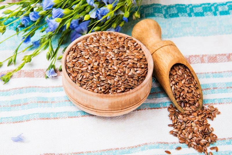 Linseed olej, lnów ziarna i kwiaty na lekkim tle, zdjęcia royalty free