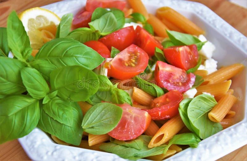 Linsenteigwaren, -basilikum, -tomaten und -mozzarella lizenzfreie stockbilder