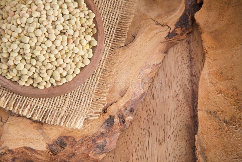 Linser i träbunkeslutet upp på en gammal tabell royaltyfri foto
