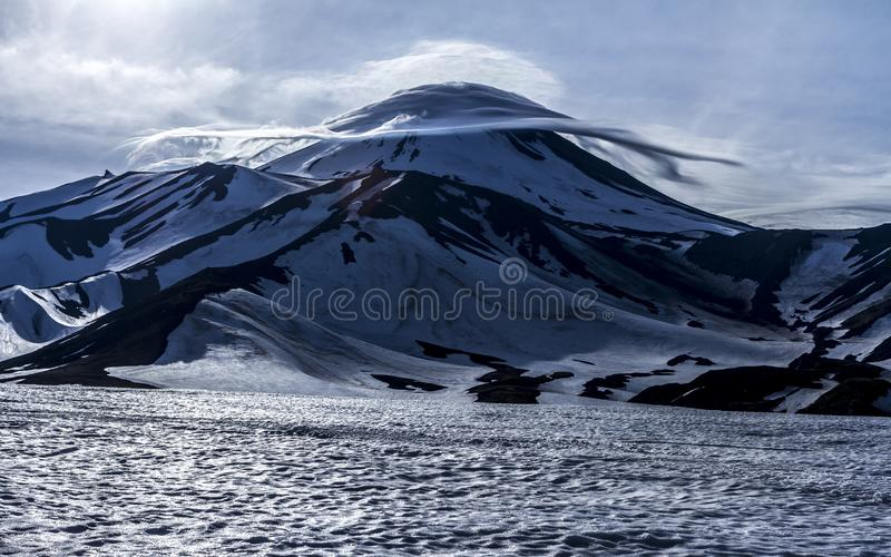 Linsformade Lens-formade moln ovanför den Avacha vulkan, Kamchatka halvö, Ryssland royaltyfri bild
