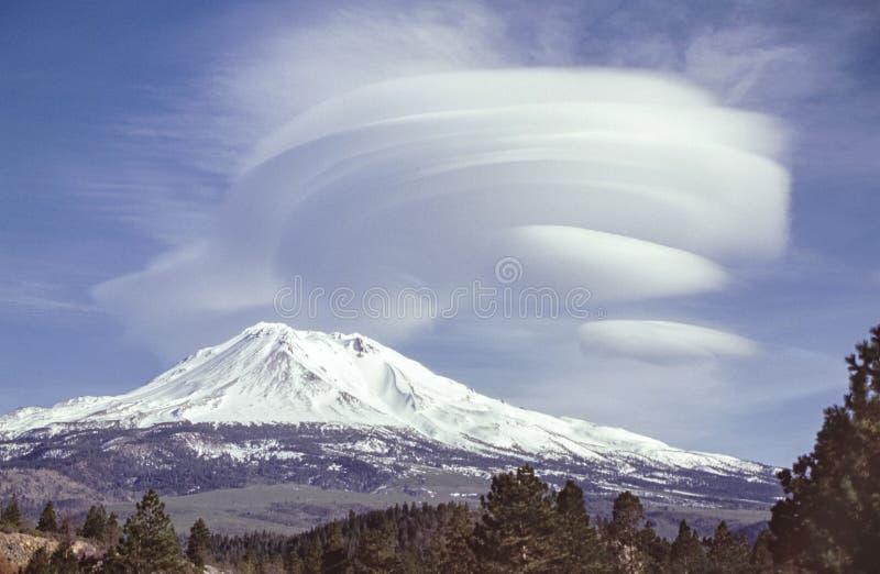 Linsformade moln över Mt Shasta i Kalifornien royaltyfri foto