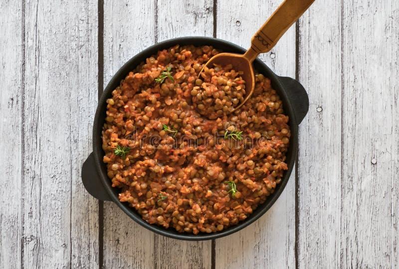 Linsragu - strikt vegetarianlins bolognese i en panna royaltyfria foton