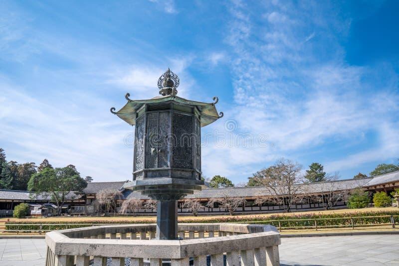 linterna antigua del metal de Todaiji/de bronce/de acero (lámpara) entre manera del paseo al edificio del templo Con la construcc fotos de archivo libres de regalías
