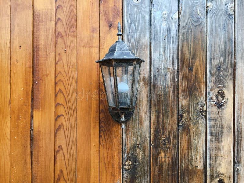 Linterna antigua en un fondo de madera, lámpara vieja foto de archivo