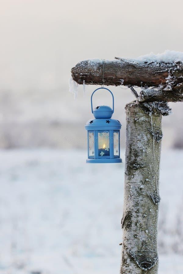 Linterna azul en paisaje del invierno imágenes de archivo libres de regalías
