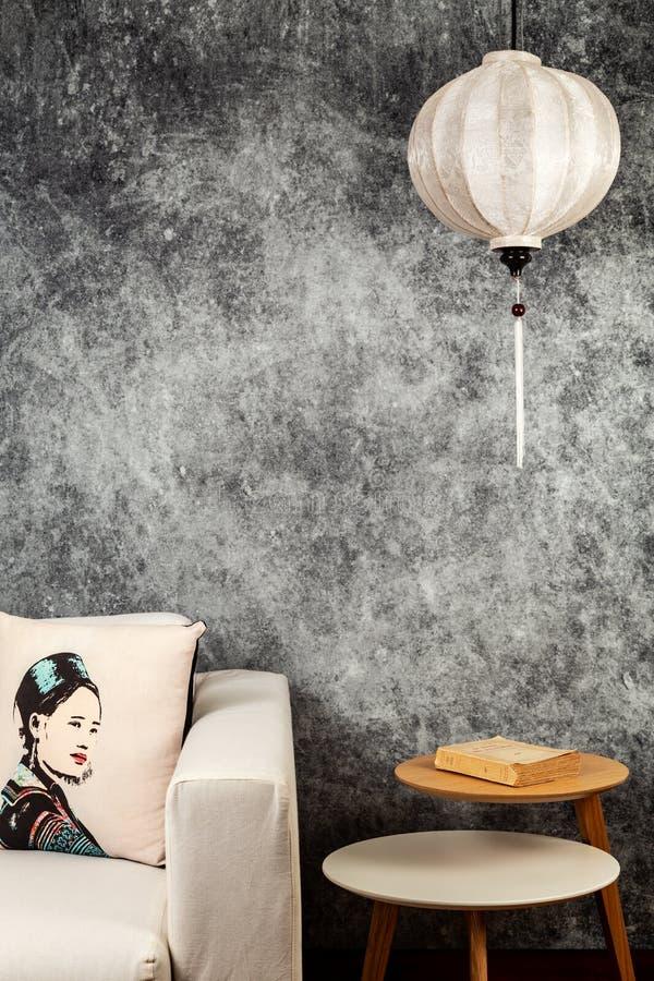 Linterna blanca vietnamita o china, sobre fondo concreto del grunge del vintage con el sof? y el retrato vietnamita del dise?o de fotos de archivo libres de regalías